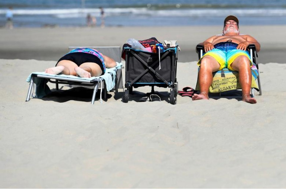 Пляжный отдых лучше отложить. Фото REUTERS