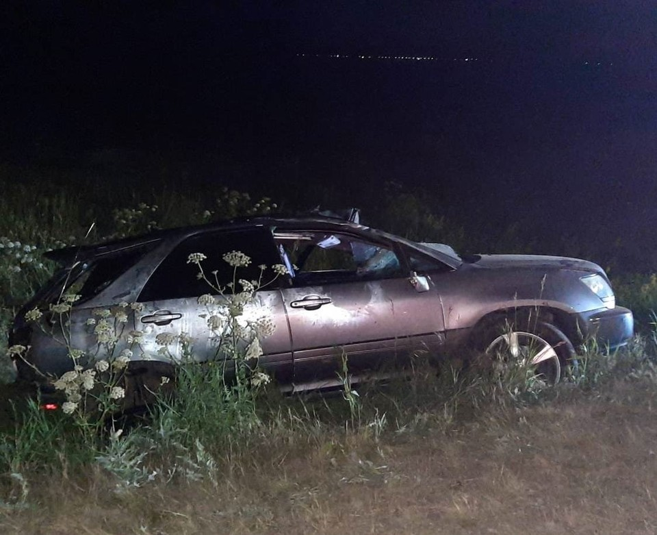 Машина перевернулась, когда вылетела с трассы.