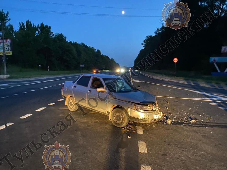 В столкновении пострадал водитель Peugeot, ему оказали медицинскую помощь