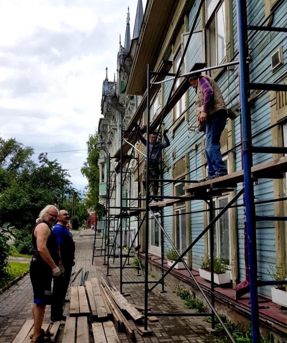 Волонтеры в областном центре приводят в порядок объекты деревянного зодчества. Фото: сайт мэрии Томска