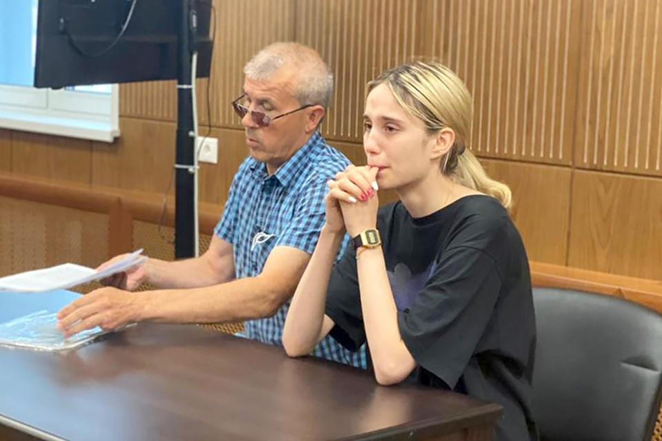 Во время оглашения меры пресечения в понедельник, 19 июля, 18-летняя студентка Валерия Башкирова не справилась с эмоциями: ревела взахлеб, закрывая глаза руками и всхлипами, перебивая голос судьи. Фото: Пресс-служба Тверского районного суда/ТАСС