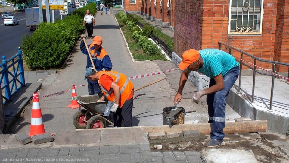 На Московском шоссе начали ремонтировать лестницы.