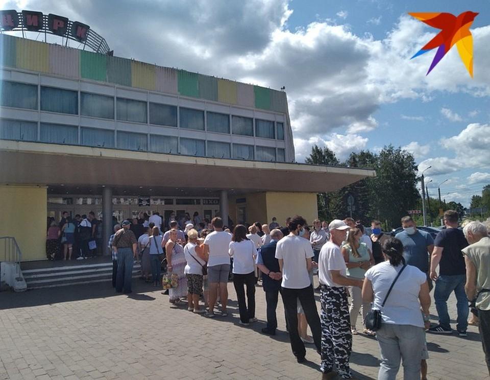 Вот такая огромная очередь у цирка в Твери из желающих сделать прививку стояла у цирка днём 20 июля.