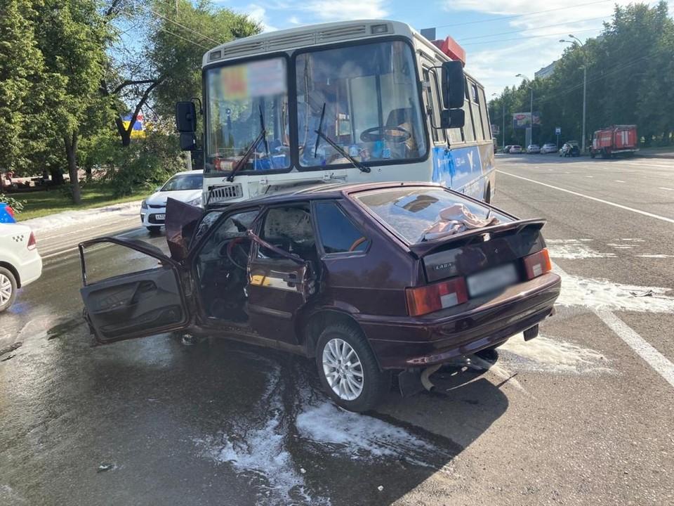 В Кемерове автобус с 30 пассажирами попал в серьезное ДТП. Фото: ГУ МВД России по Кемеровской области.