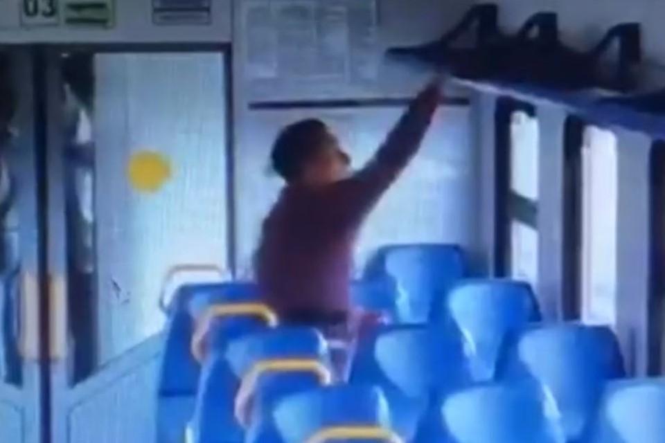 В Новосибирске полицейские задержали мужчину, укравшего в электричке ноутбук. Фото: стоп-кадр