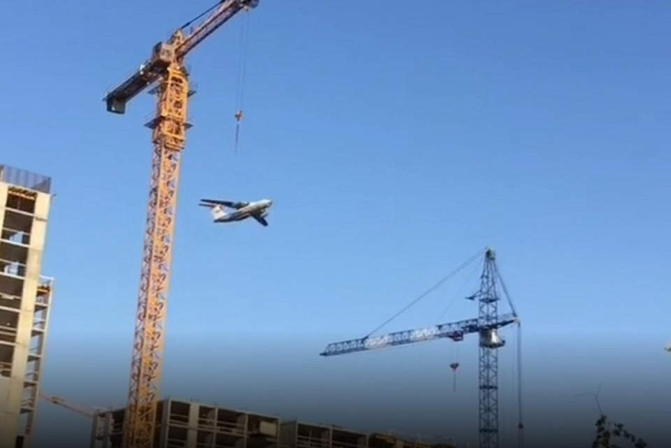 Самолет пролетел в нескольких метрах над домами Фото: скриншот с видео