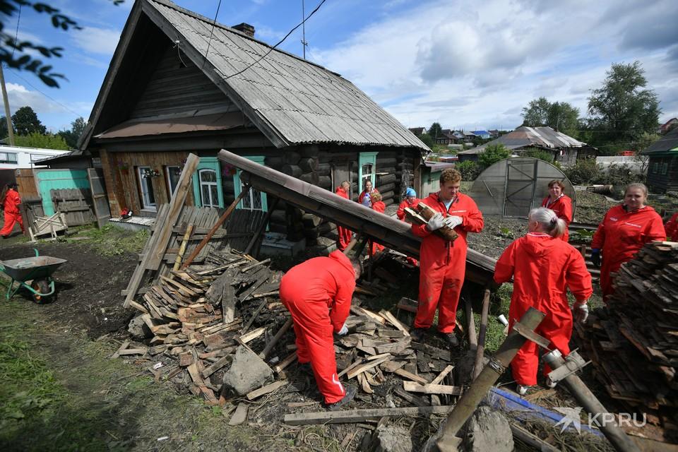 Жители Нижней Салды продолжают сталкиваться с последствиями непогоды.