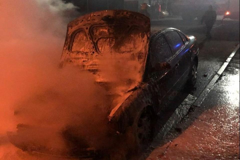 Горит авто на улице Моторостроителей. Фото: МЧС Ярославль