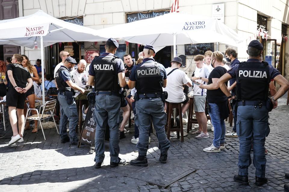 На юге Италии десять человек пострадали при стрельбе на пляже