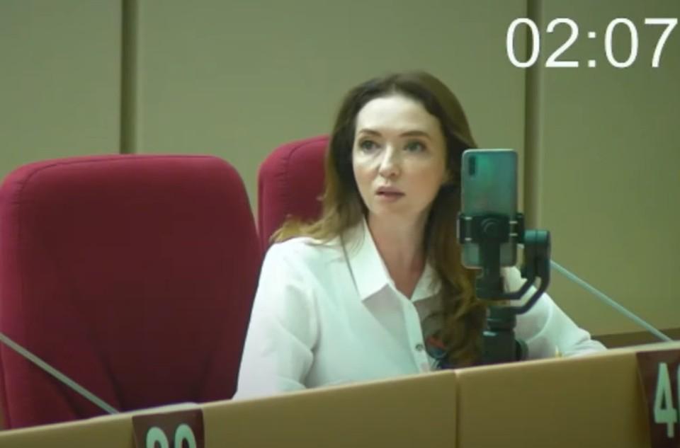 Саратовские депутаты едва не подрались из-за женщины - коллеги Юлии Литневской