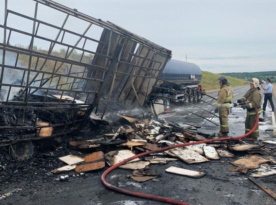 Один человек погиб при возгорании фуры на трассе М-7 в Кстовском районе. ФОТО: ГУ МЧС России по Нижегородской области