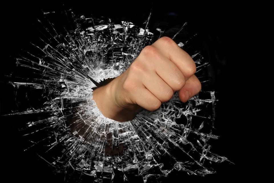 Двое нетрезвых мужчин напали на подростка у остановки и ранили его ножом