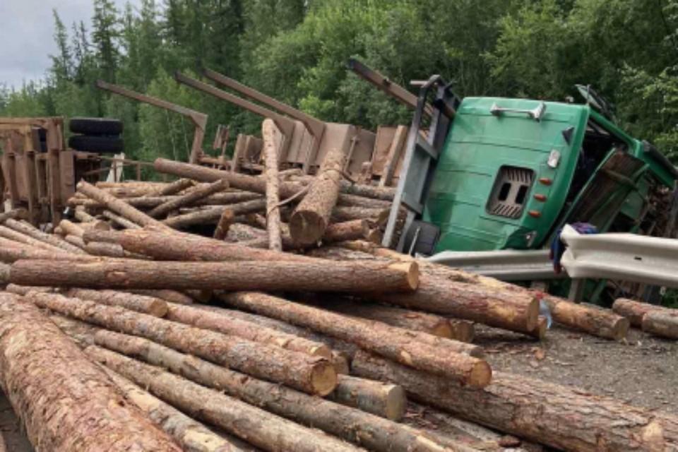 Лесовоз перевернулся на трассе в Нижнеилимском районе