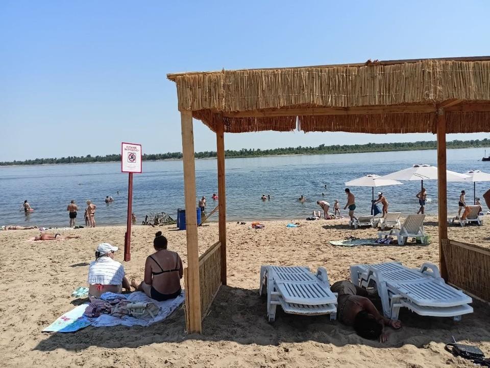 На пляже выставили таблички о том, что купание запрещено.