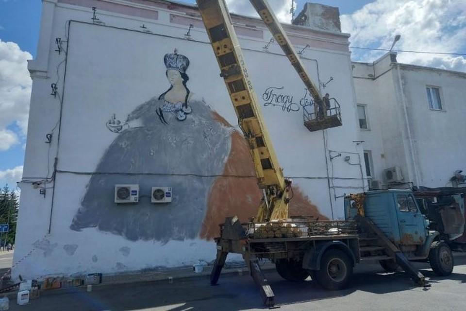 Над картиной работает ярославский художник Григорий Сидяков. ФОТО: администрация Рыбинска