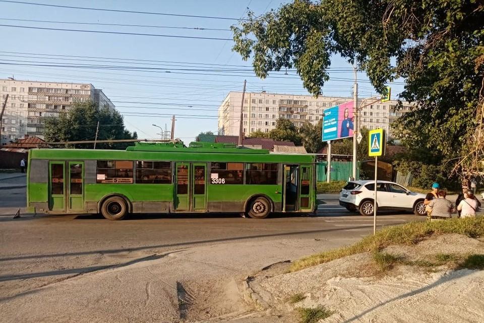 В Новосибирске, вечером 22 июля, троллейбус столкнулся с иномаркой. Фото: Госавтоинспекция по Новосибирску