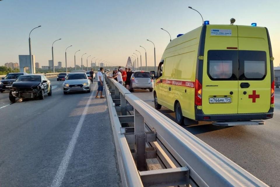 В Новосибирске на Бугринском мосту такси врезалось в разделитель. Фото: АСТ-54