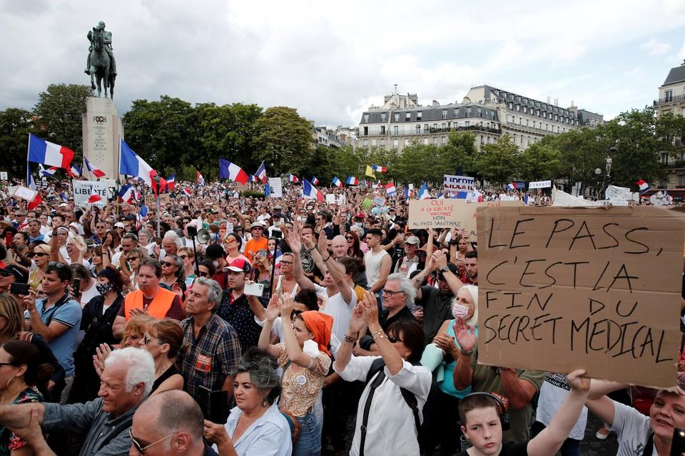 Французская полиция применила слезоточивый газ на акциях против обязательной вакцинации от COVID-19