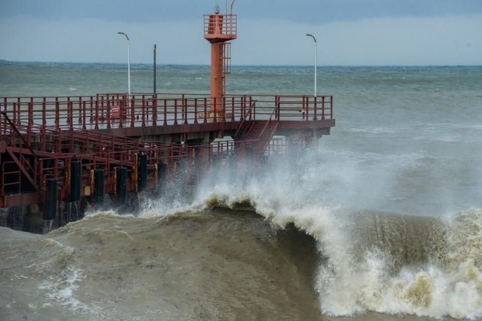 Быстрые и мощные потоки воды не успевают впитываться в почву, отчего страдают реки и моря