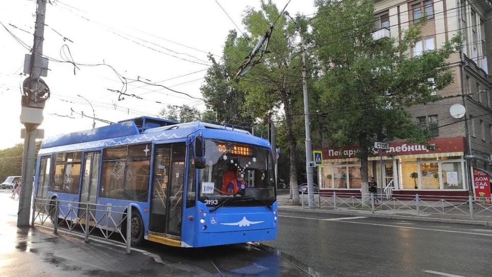 """Троллейбусы пошли по мосту, а водители и кондукторы, похоже, пойдут """"на выход"""""""