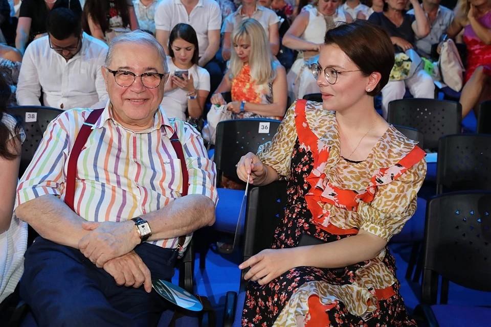 Евгений Ваганович любит баловать свою молодую жену.