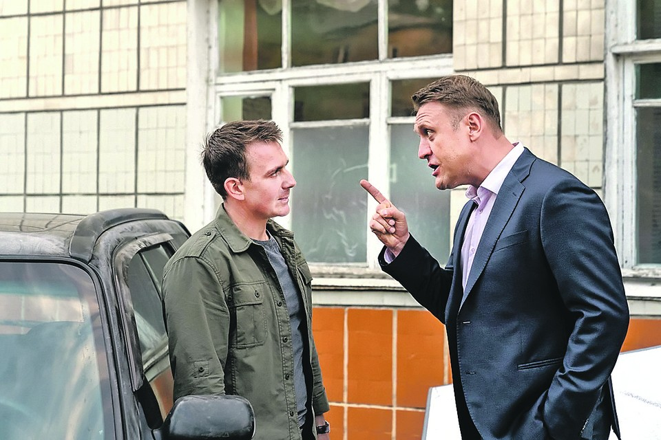 Антон Васильев (слева) и Николай Шрайбер играют братьев, которые расследуют дикие преступления. Фото: Кадр из фильма