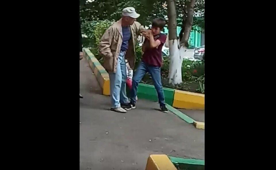 Конфликт двух пенсионеров и подростка в какой-то момент перерос в рукоприкладство