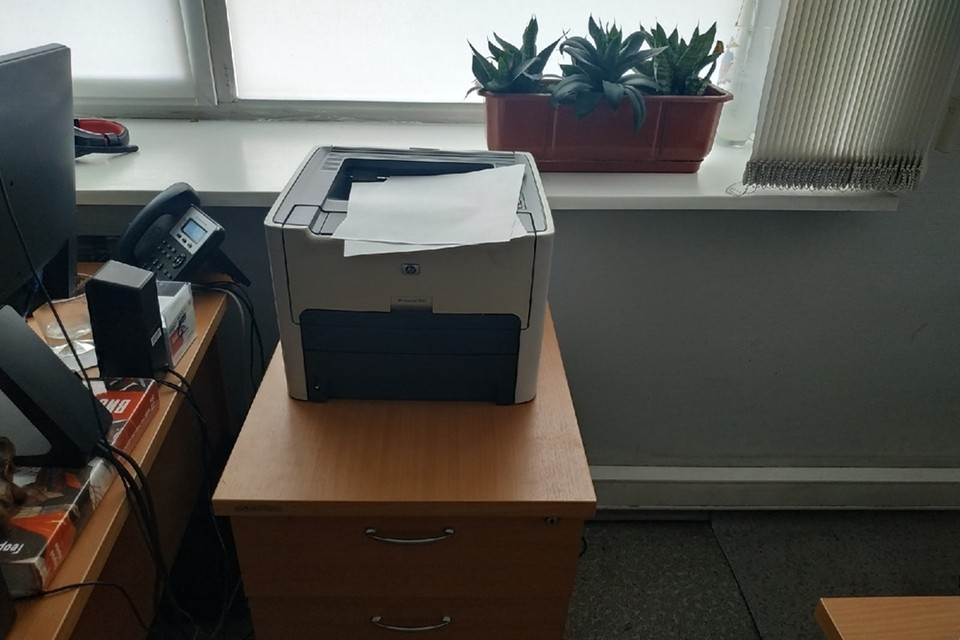 Мужчина печатал документы на принтере и отправлял покупателям по почте.