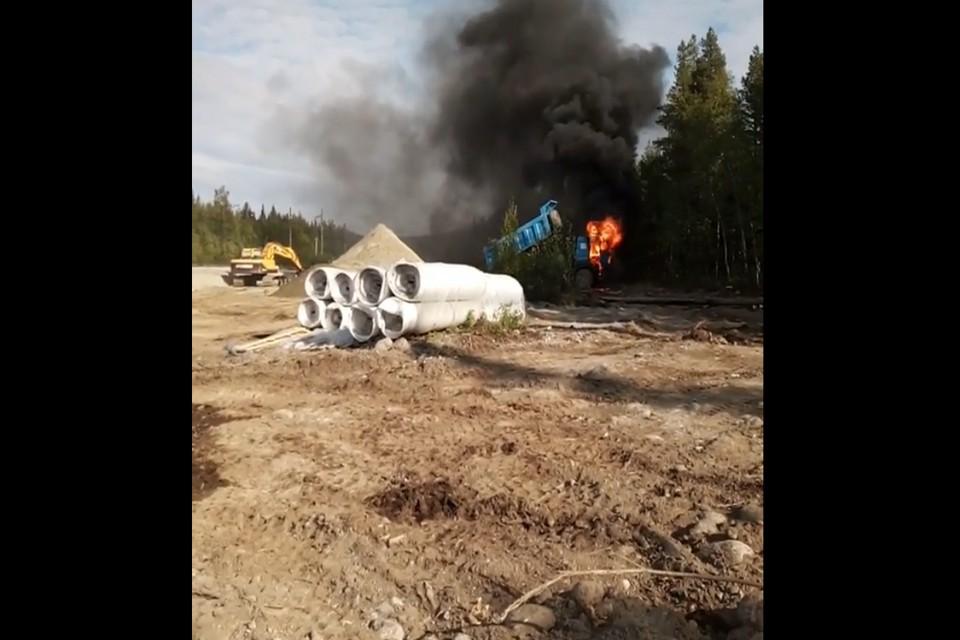 Судя по видео, кабина самосвала полностью выгорела. Фото: скрин видео
