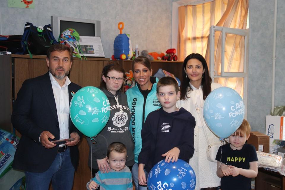 Одна из мамочек - Анна Иванова (слева от Юлии) - не смогла приехать на встречу, поэтому телеведущая отправилась к ней сама.