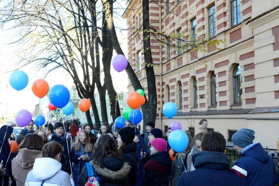 В петербургской гимназии на учеников рухнула штукатурка с потолка. Фото: Смольный
