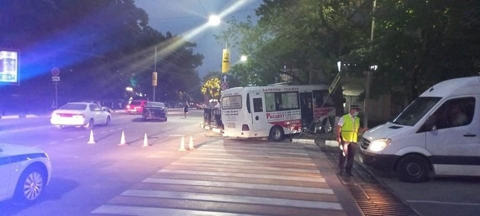 Силой удара микроавтобус вынесло на тротуар. фото пресс-службы ГИБДД Краснодарского края