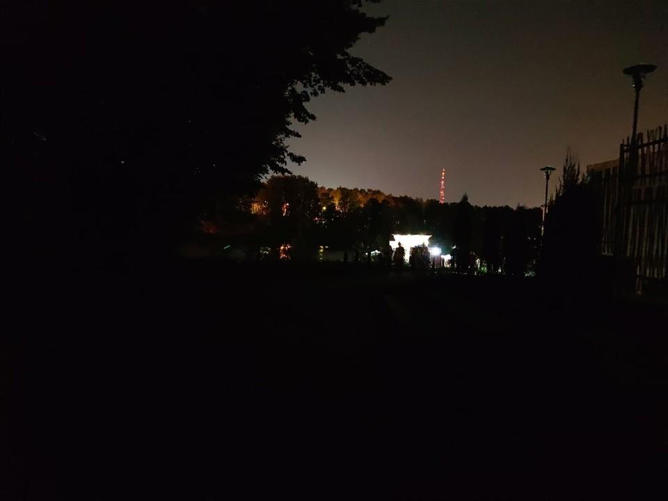 В ЦПКиО, где недавно потратили миллионы на освещение, образовались темные пятна. Фото: vk.com/belenetsky
