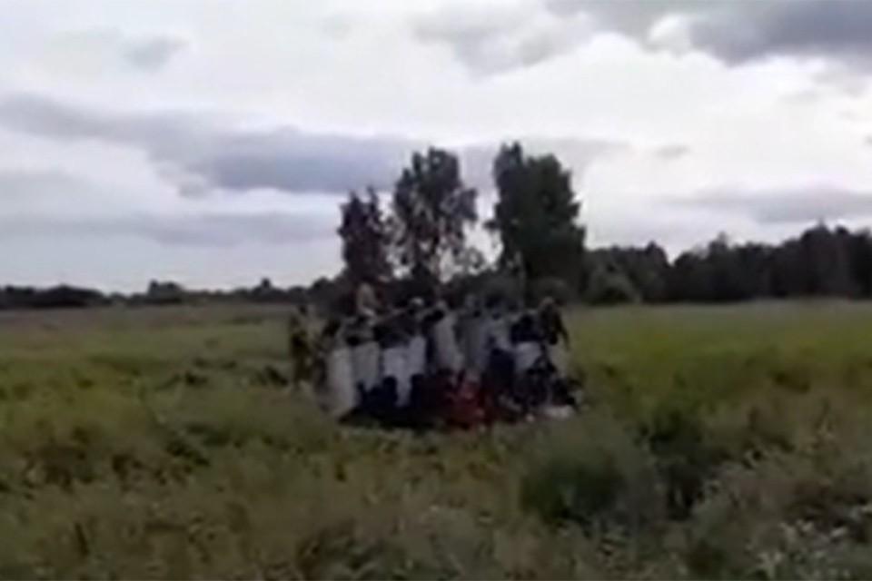Погранслужба Литвы опубликовала видео, снятое на границе, где мигрантов с белорусской стороны пытаются вытеснить на территорию соседней страны. Фото: скриншот видео