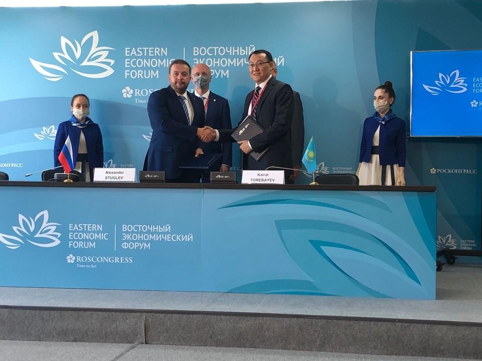 Александр Стуглев и Кайрат Торебаев подписали документы и обменялись рукопожатиями