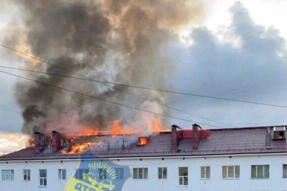 В доме на Коминтерна горела ремонтируемая кровля. Фото: vk.com/murmansk_dtp