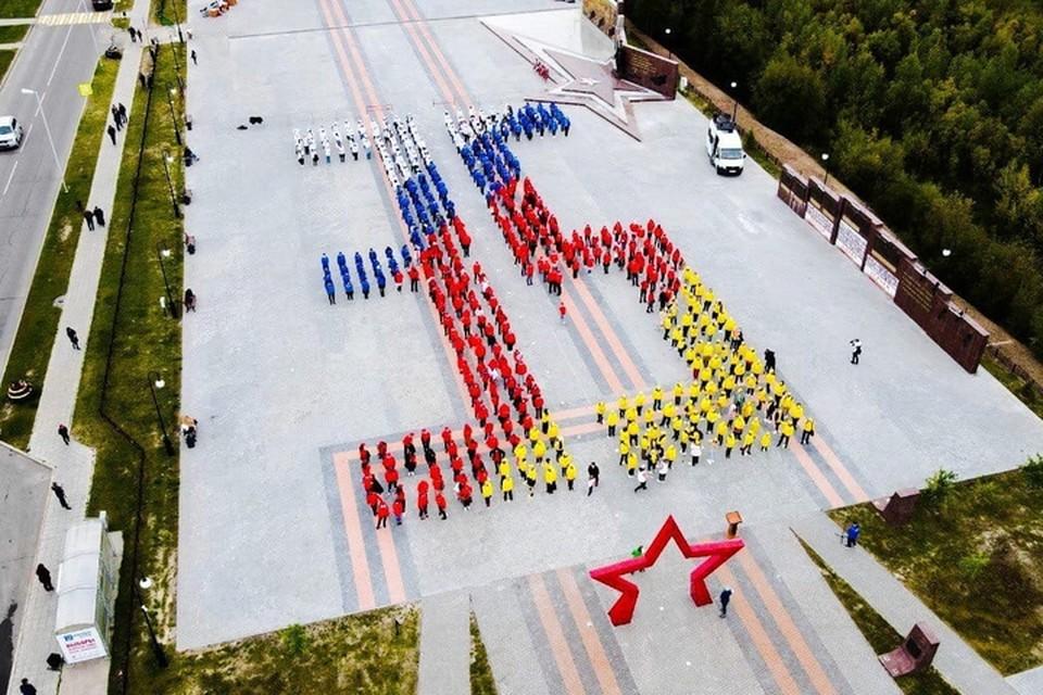 Фото: администрация Губкинского. Глава города Андрей Гаранин тоже принял участие в праздничном флешмобе.
