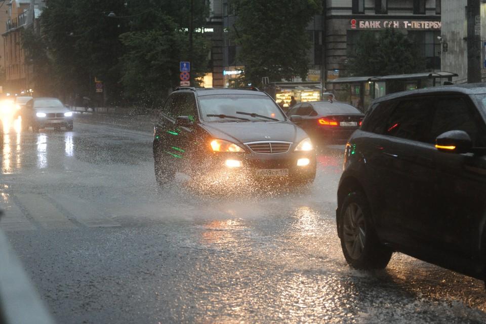 Сильный дождь пошел в Петербурге.