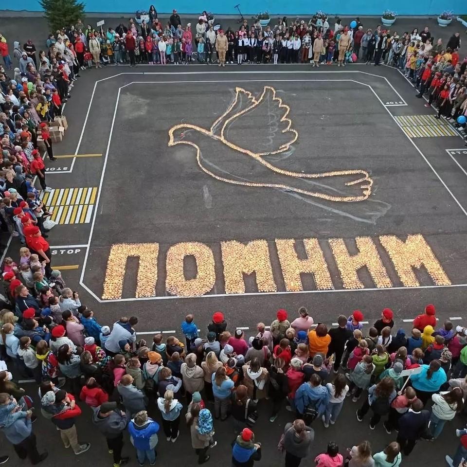 Красноярская школа зажгла 3 тысячи свечей в память о трагедии в Беслане. Фото: kamenskay_yulia