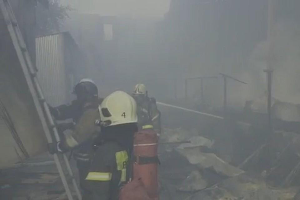 Горящие склады на Кубинской тушат более 60 пожарных. Фото: ГУ МЧС РФ по СПб