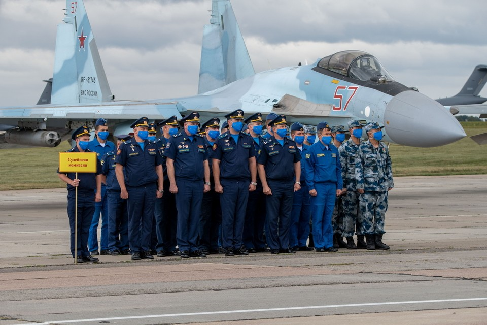 Фото минобороны РФ: на аэродроме Дягилево стоит судейская коллегия соревнований