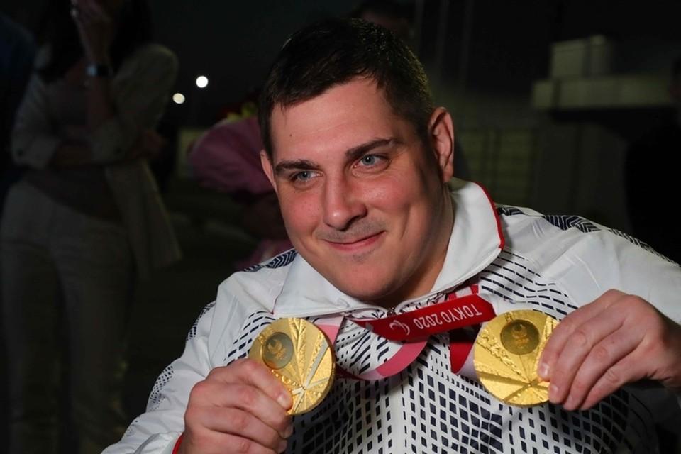 Александр Кузюков показал болельщикам медали, ради которых жил последние 9 лет. Фото: министерство спорта Омской области