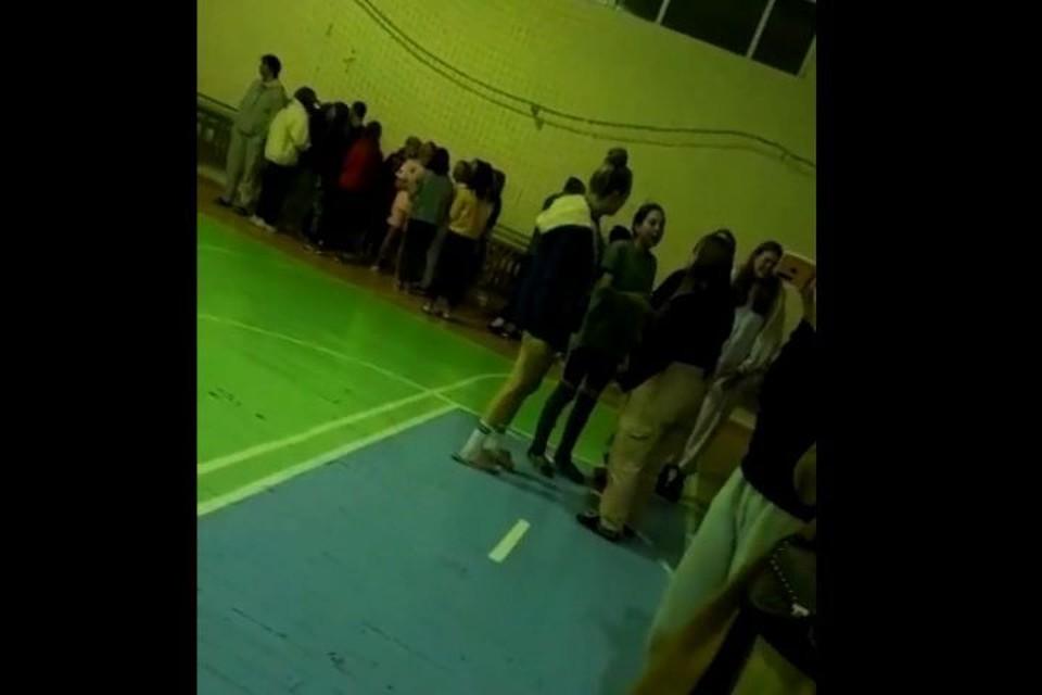 """Студентов из общежития эвакуировали в спортзал. Скриншот с видео, группа """"Свободный Ярославль"""""""