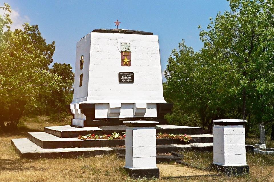 Мемориал на могиле старшего лейтенанта И. С. Пьянзина и последних защитников 365-й зенитной батареи