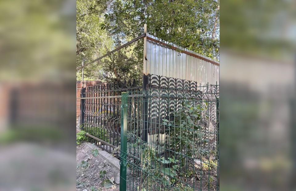"""Рабочие уже огородили здание садика забором. Фото: предоставлено """"Комсомолке"""""""