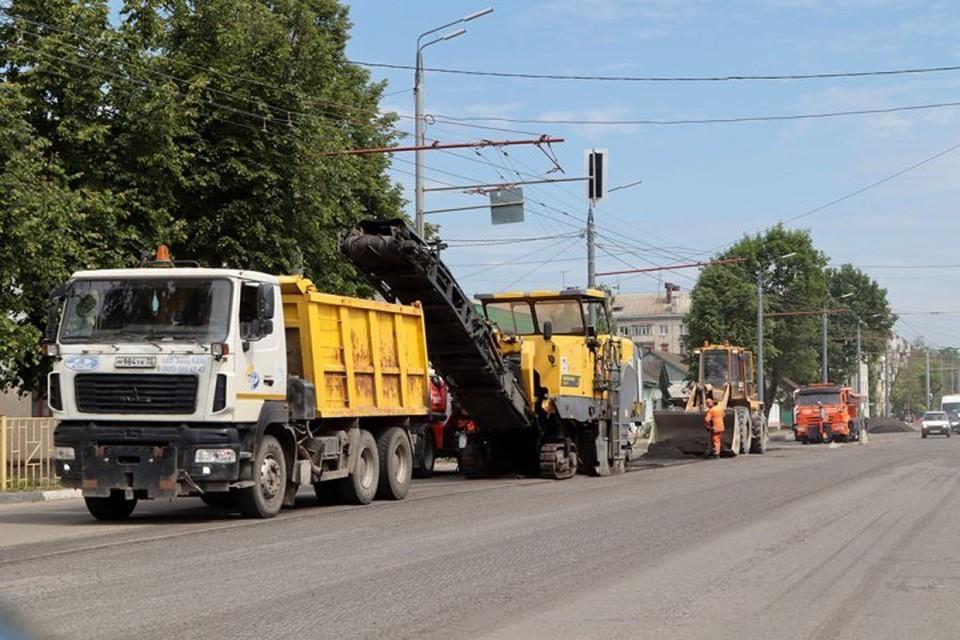 Муниципальные контракты по капитальному ремонту 13 автодорог рассчитаны до конца этого года.