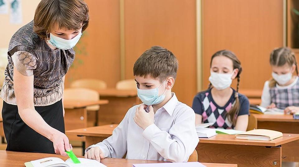 Тяжело, конечно, преподавать и учиться в маске, но стоит потерпеть, иначе есть риск перейти на онлайн образование. Фото: соцсети