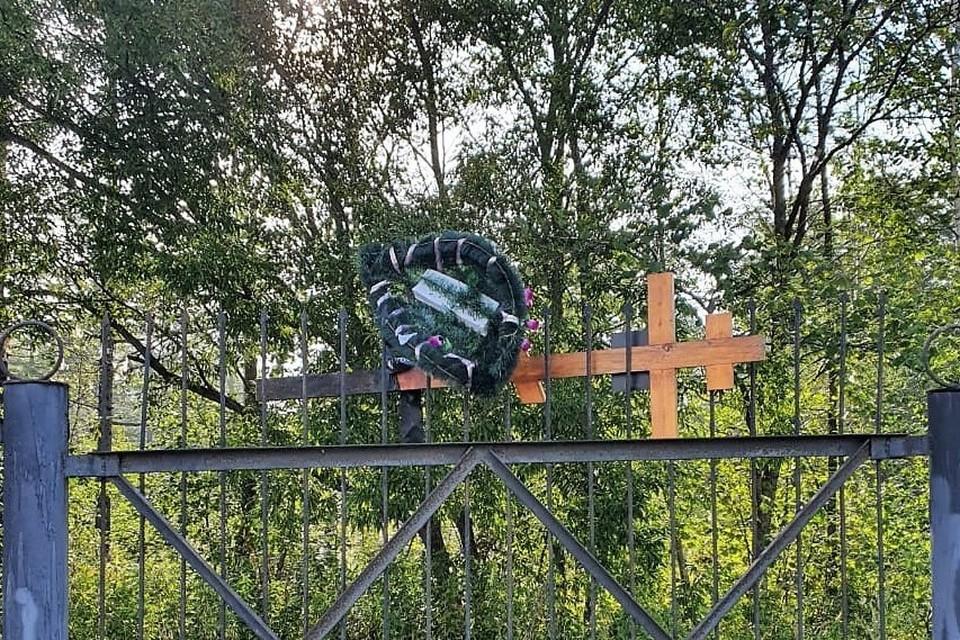 Кресты несли 40 метров и пытались выбросить за забор
