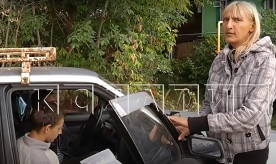 Дети делают уроки в машине, школу не пропускают. Фото: скриншот видео