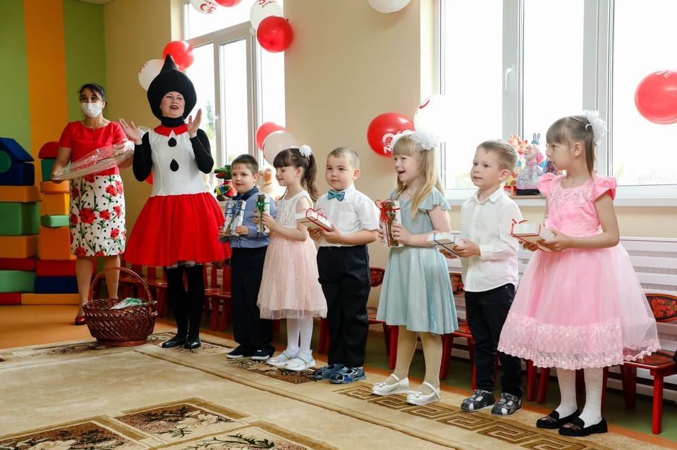 Детки радуются, а их родители тем более. Фото: Лукойл Коми.